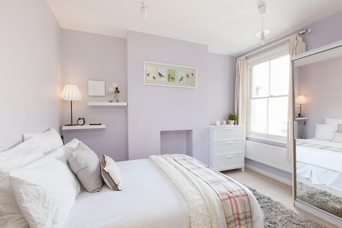 Спальня в пастельных тонах с сиреневыми стенами