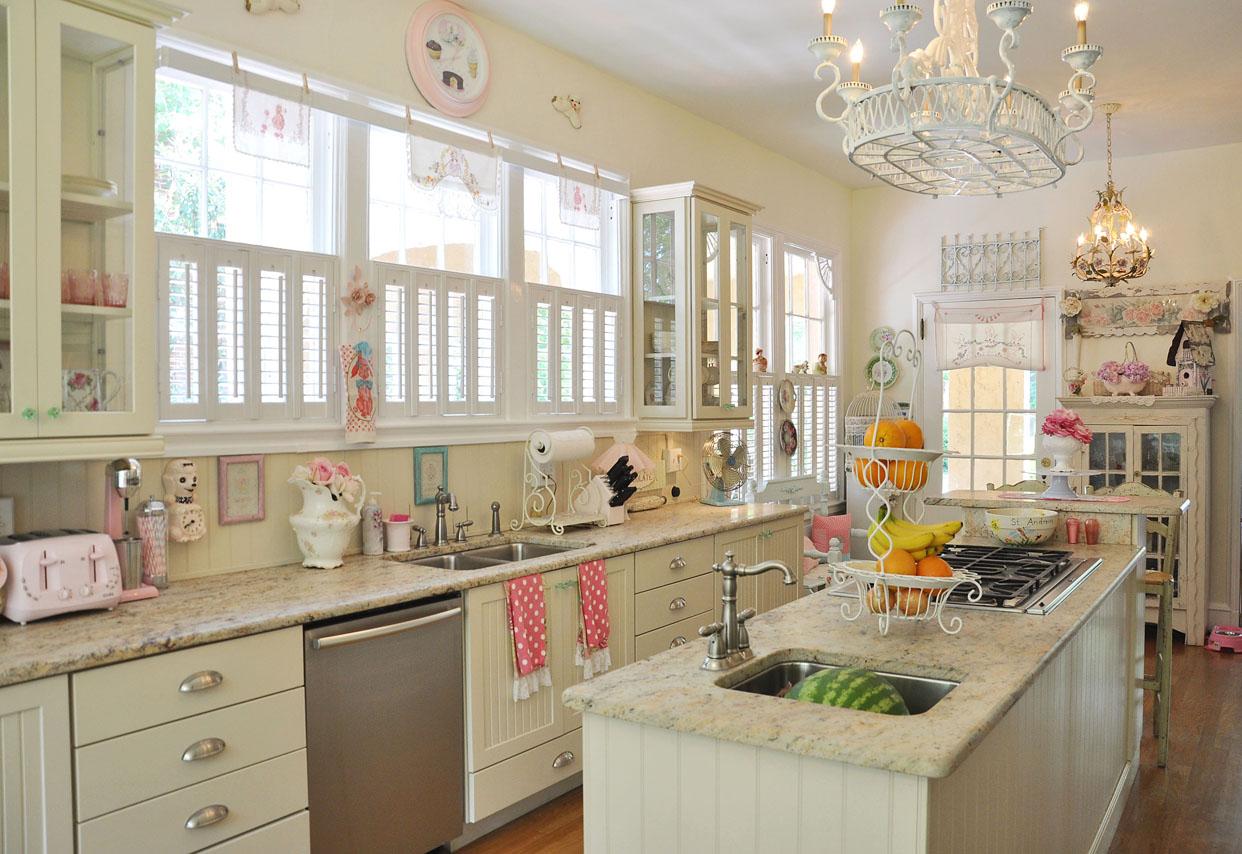 Кухня с островом в стиле шебби-шик в пастельных тонах