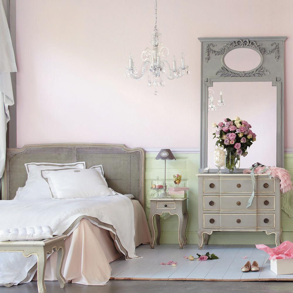 Спальня в пастельных тонах с розовыми стенами