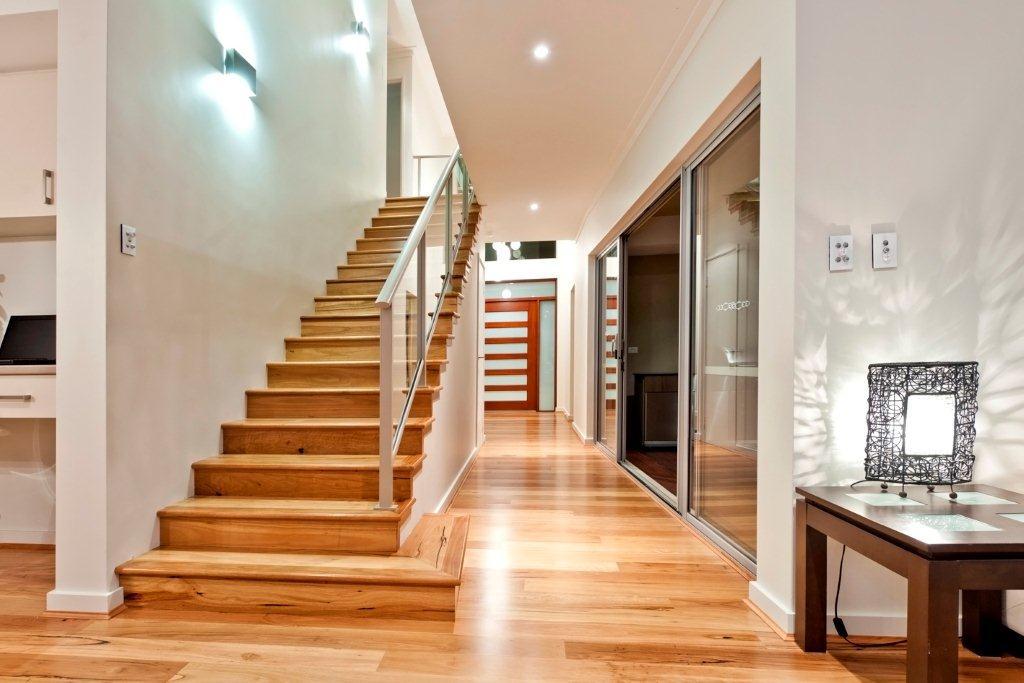 Перила для лестницы из металла и стекла