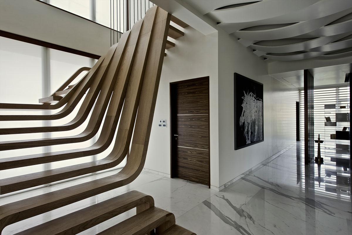 Необычная лестница в интерьере дома