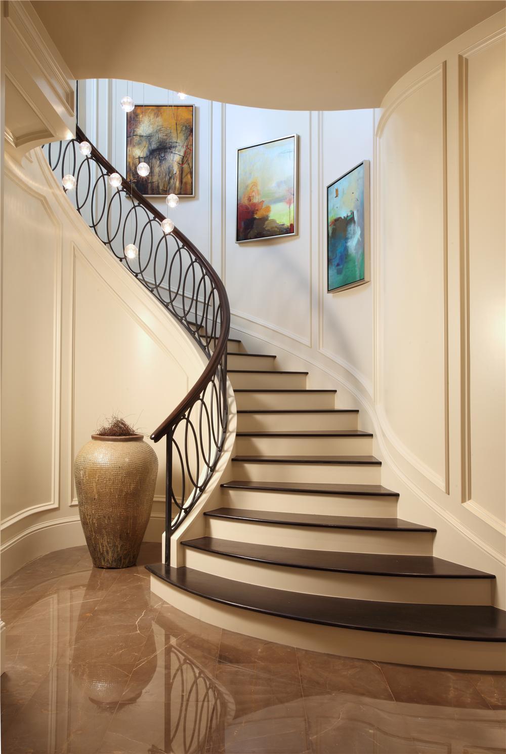 Красивые перила из дерева и металла для лестницы