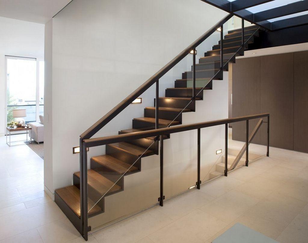 Современные перила из стекла, дерева и металла для лестницы