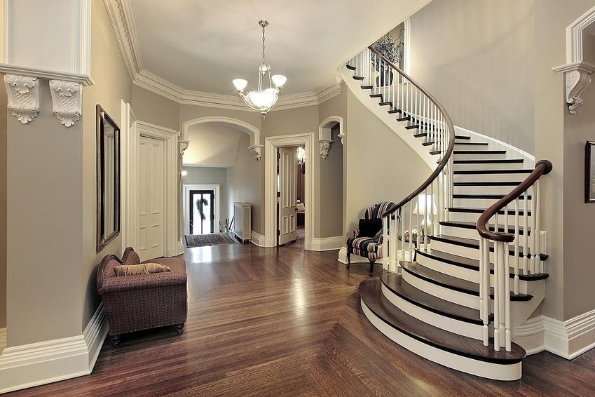 Черно-белые деревянные перила для лестницы