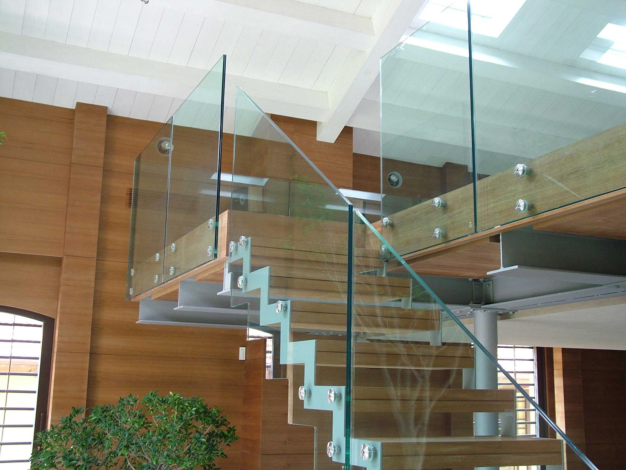 Стеклянные перила для лестницы из металла и дерева