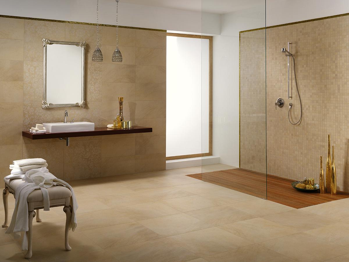 Бежевая ванная комната с плиткой