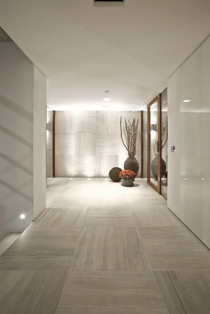 Серая керамическая плитка в коридоре