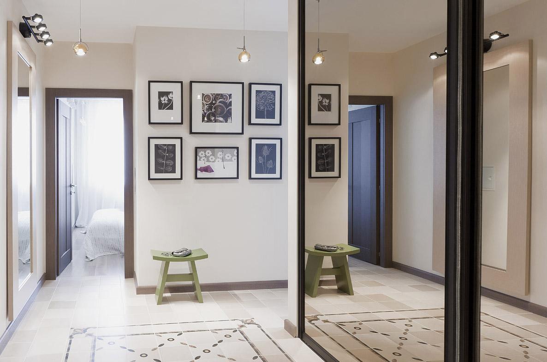 Светлая керамическая плитка с узором и без в коридоре