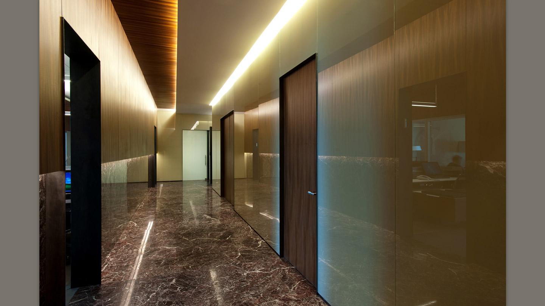 Темная керамогранитная плитка в коридоре