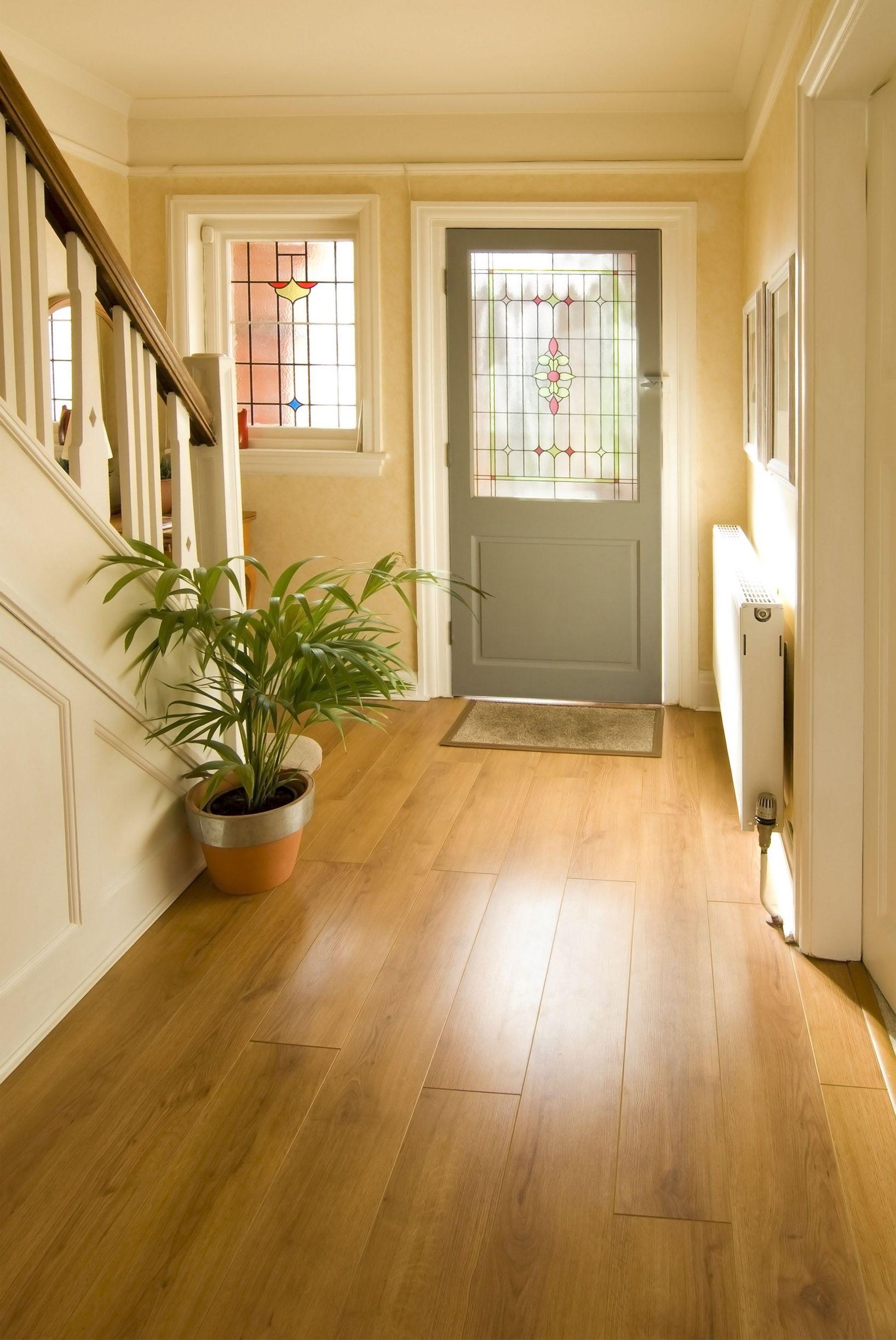 Светло-коричневый ламинат в коридоре частного дома