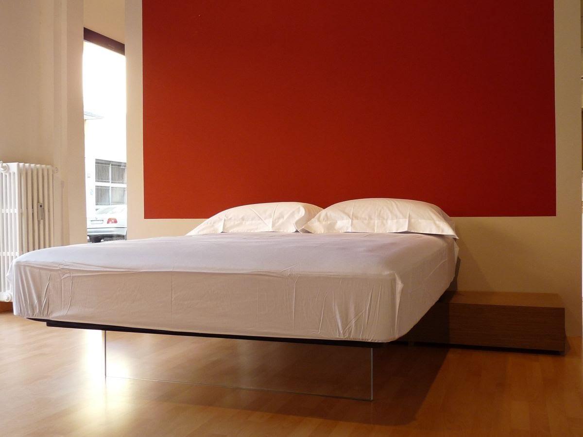 Парящая кровать в спальне