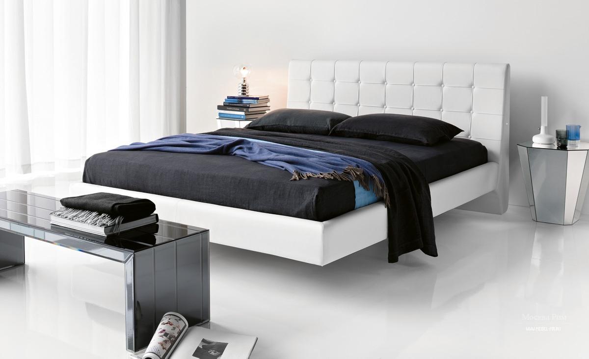 Современная белая парящая кровать в спальне