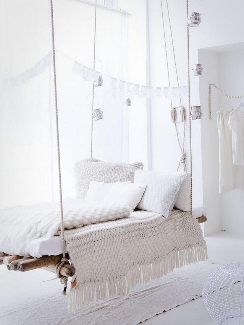 Подвесная деревянная кровать в светлом интерьере
