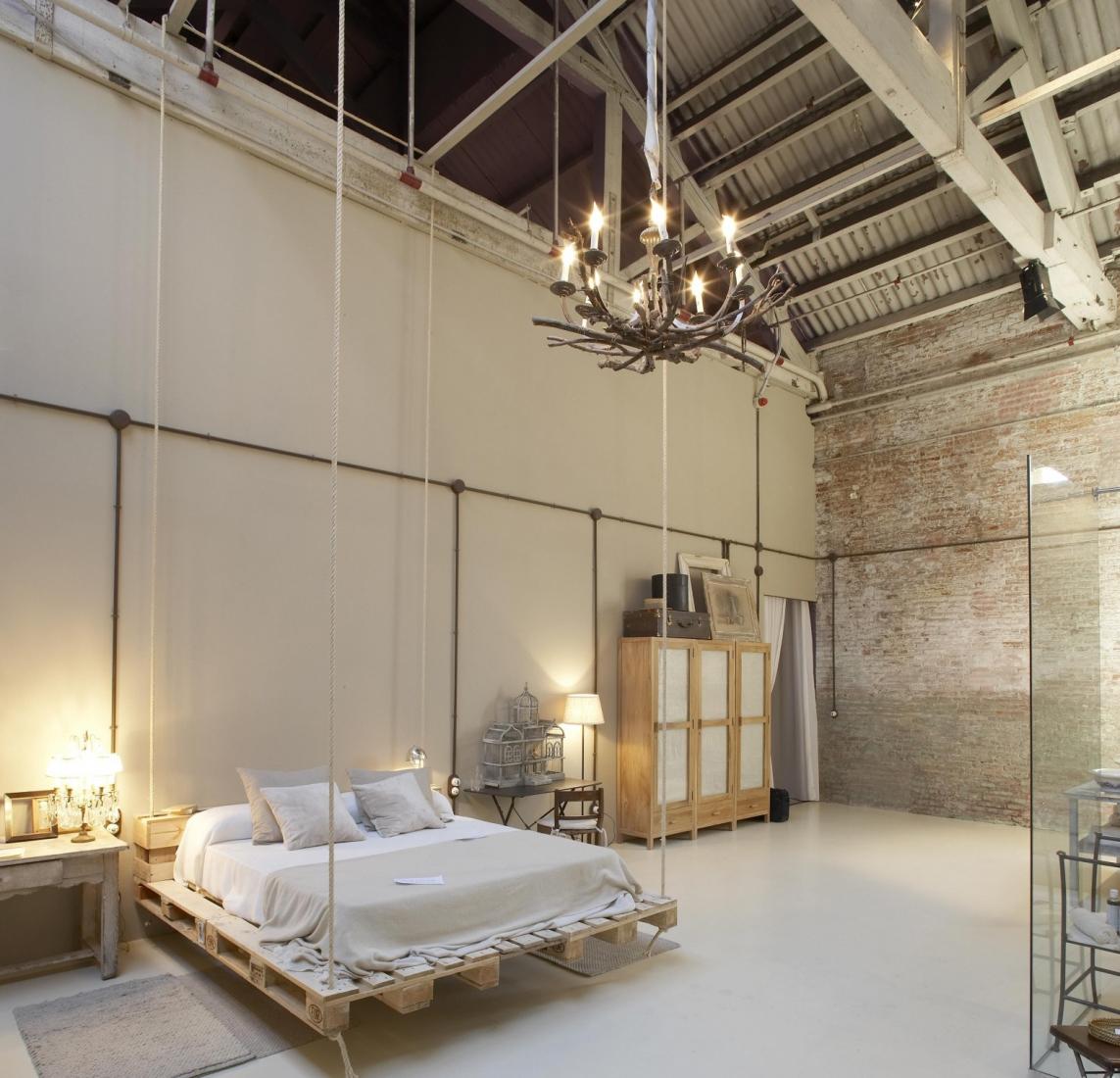 Подвесная кровать из поддонов в интерьере