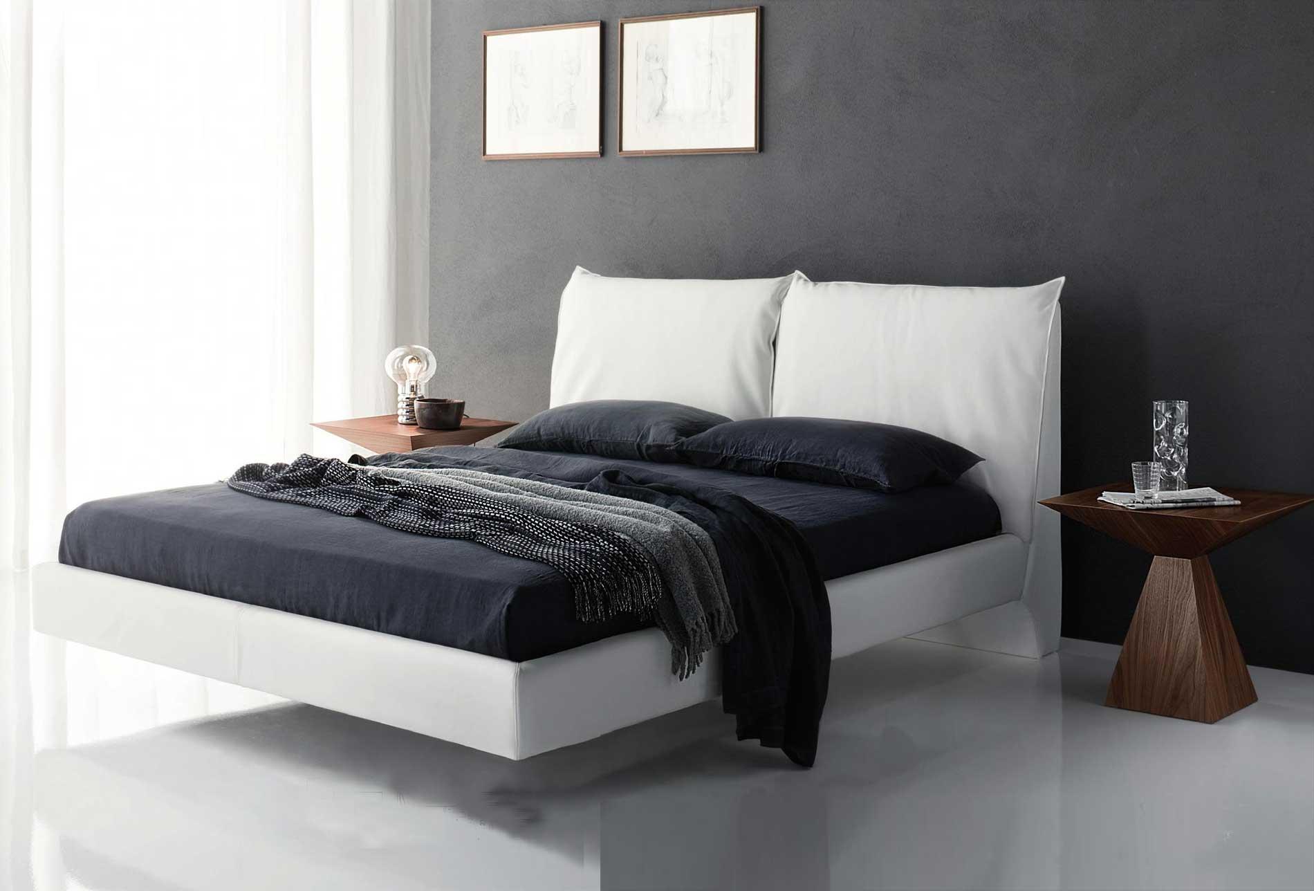Подвесная белая кровать в спальне