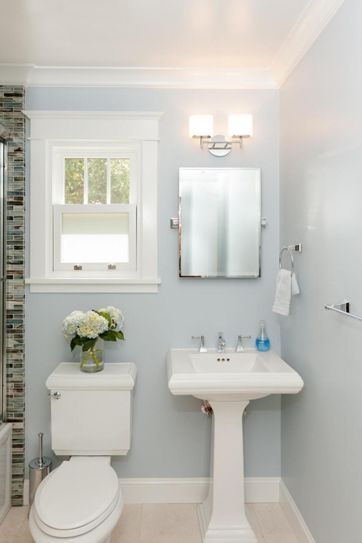 Глянцевые светло-голубые крашеные стены в ванной