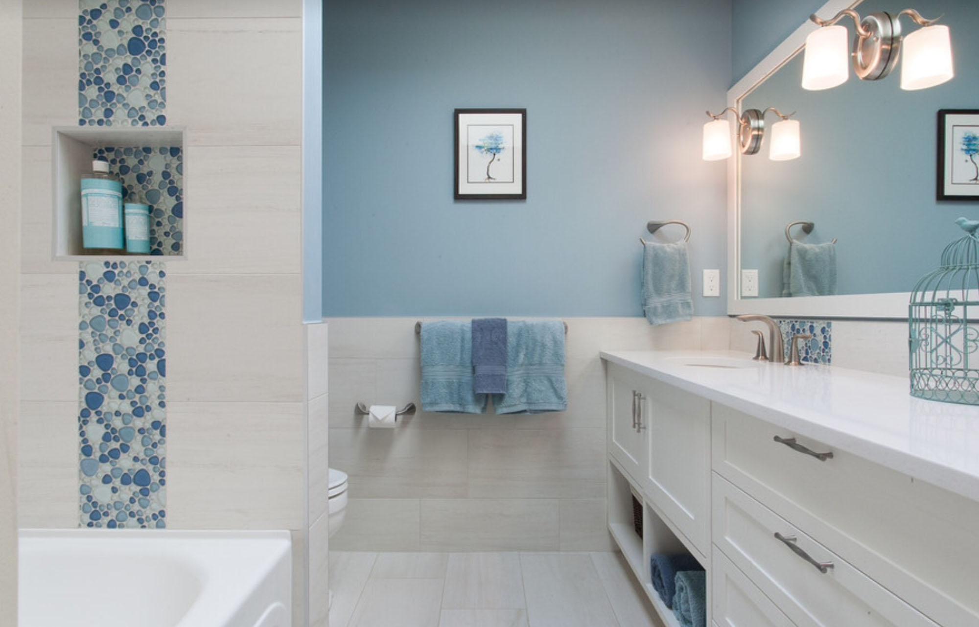 Покраска стен голубым цветом в ванной