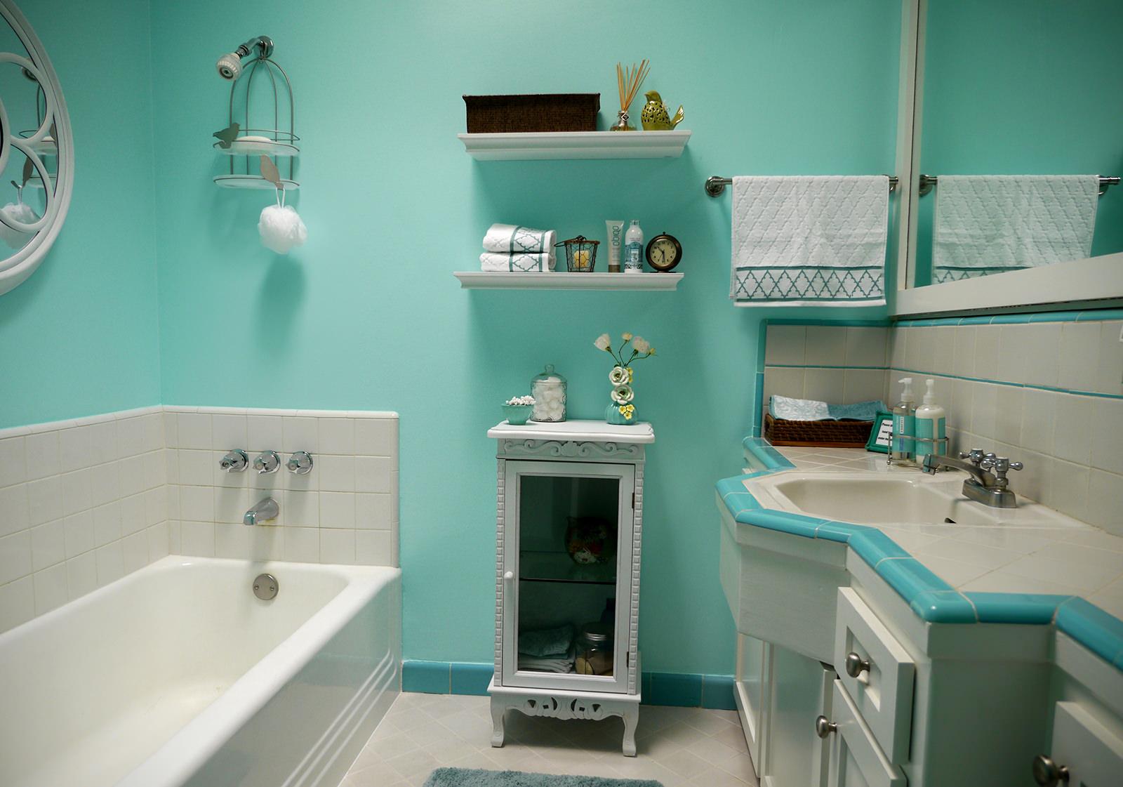 Салатовые крашеные стены в ванной
