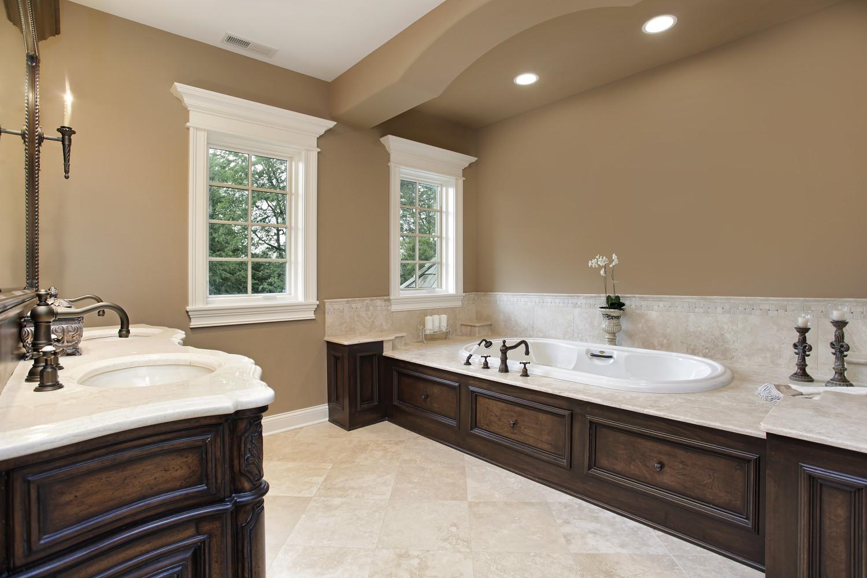 Коричневые крашеные стены в классической ванной