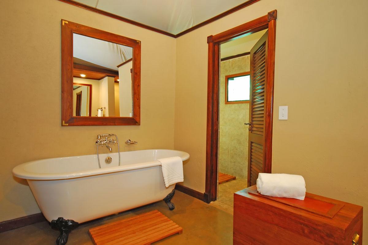 Бежевые крашеные стены в ванной в стиле ретро