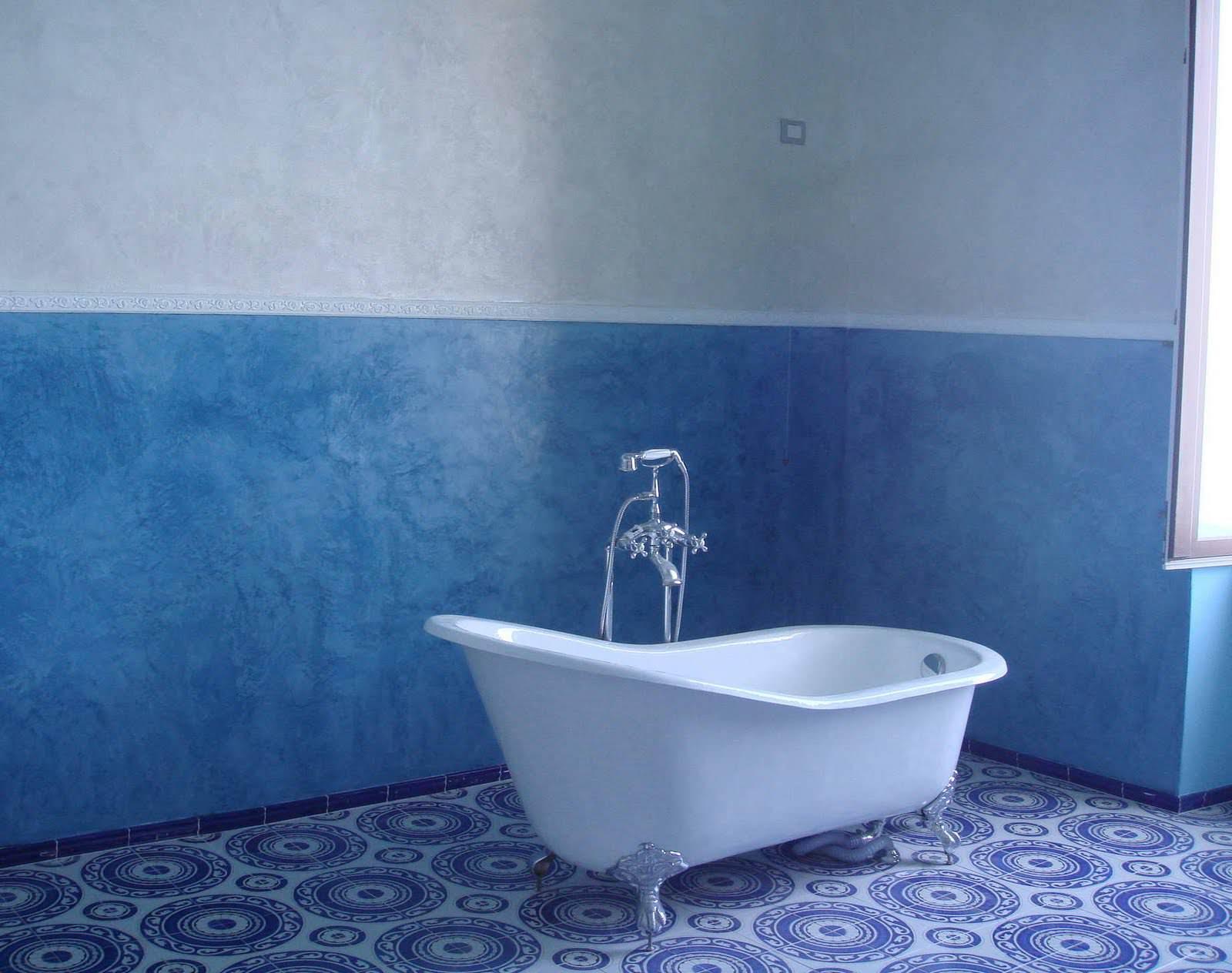 Сине-белые, крашеные фактурной краской, стены в ванной