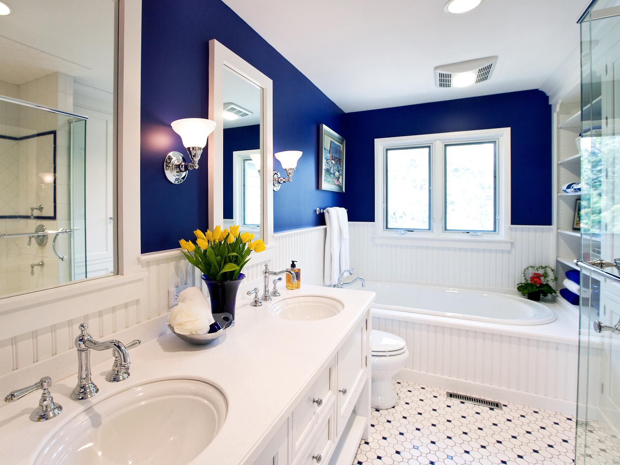 Синие крашеные стены в ванной в стиле неоклассика