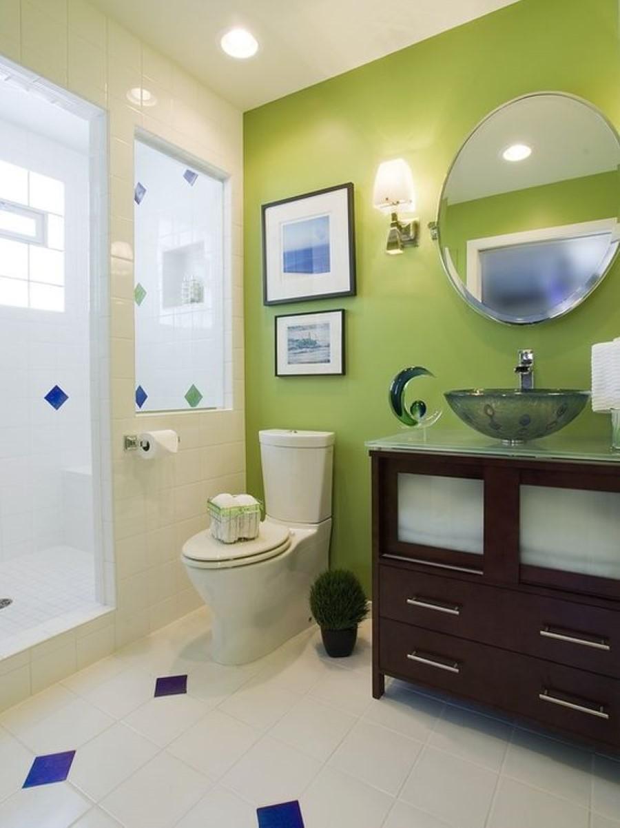 Светло-зеленые крашеные стены в ванной