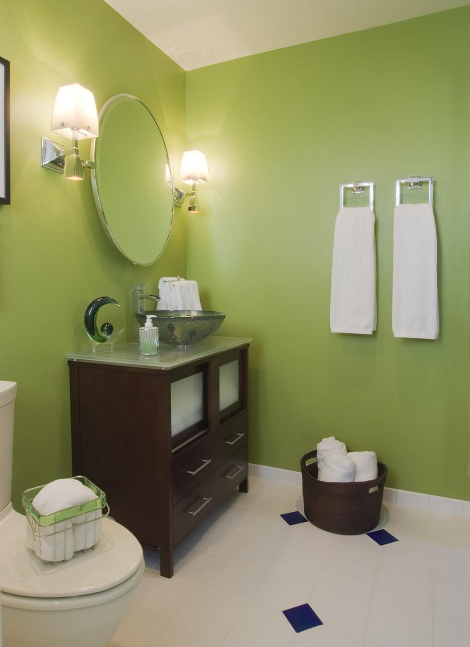 Светло-зеленые крашеные стены в интерьере ванной