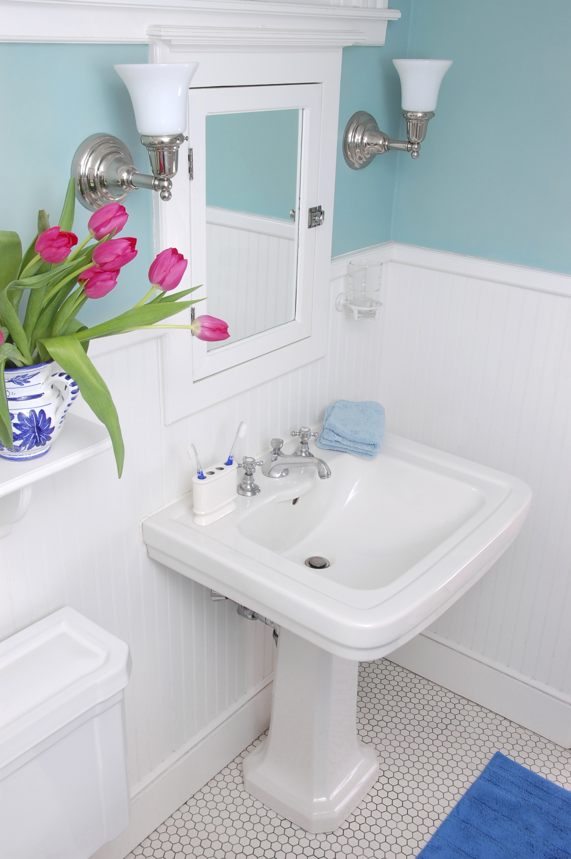 Мятные крашеные стены в ванной в стиле прованс