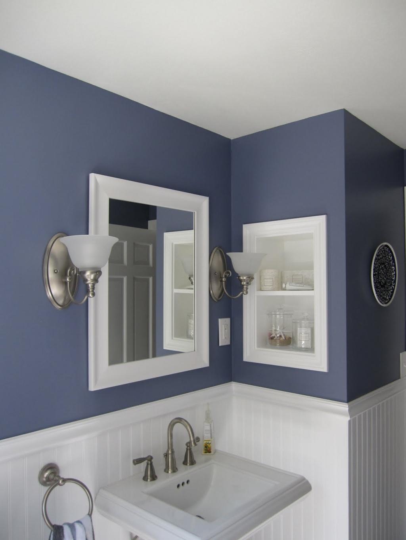 Темно-синие крашеные стены в ванной