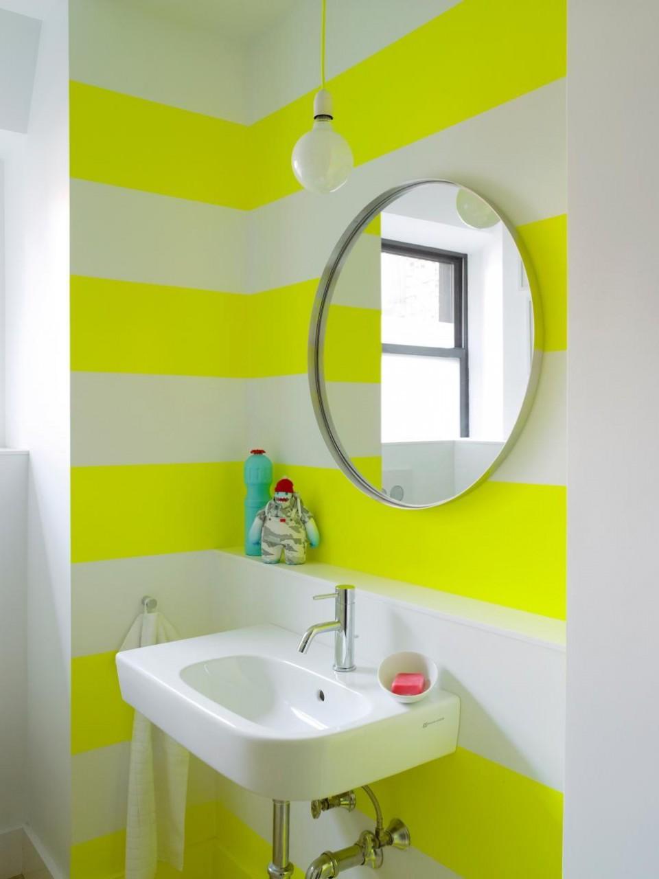 Полосатые крашеные стены в ванной