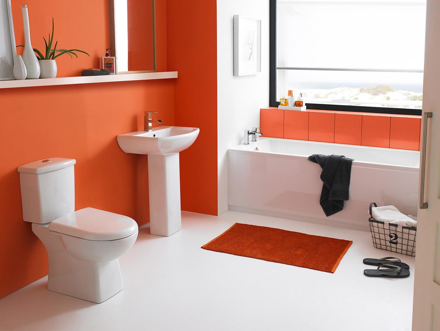 Оранжевые крашеные стены в ванной