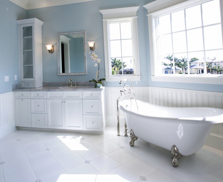 Голубые крашеные стены в ванной
