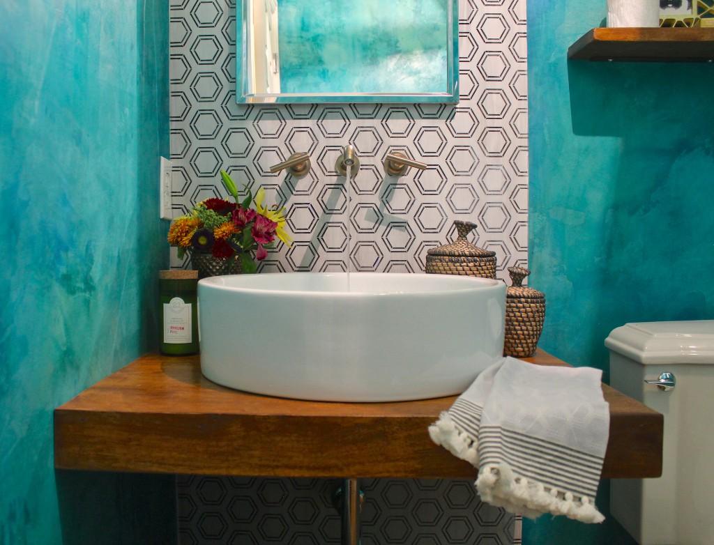 Бирюзовые крашеные стены в ванной