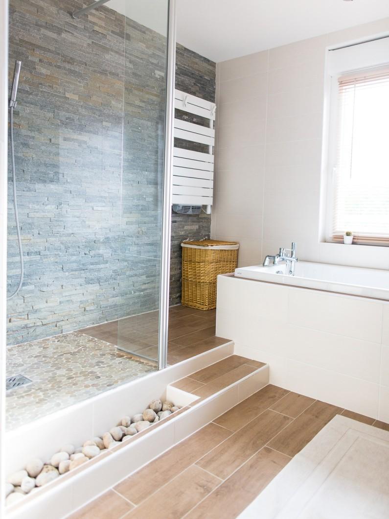 Бежевая ванная комната с плиткой на полу