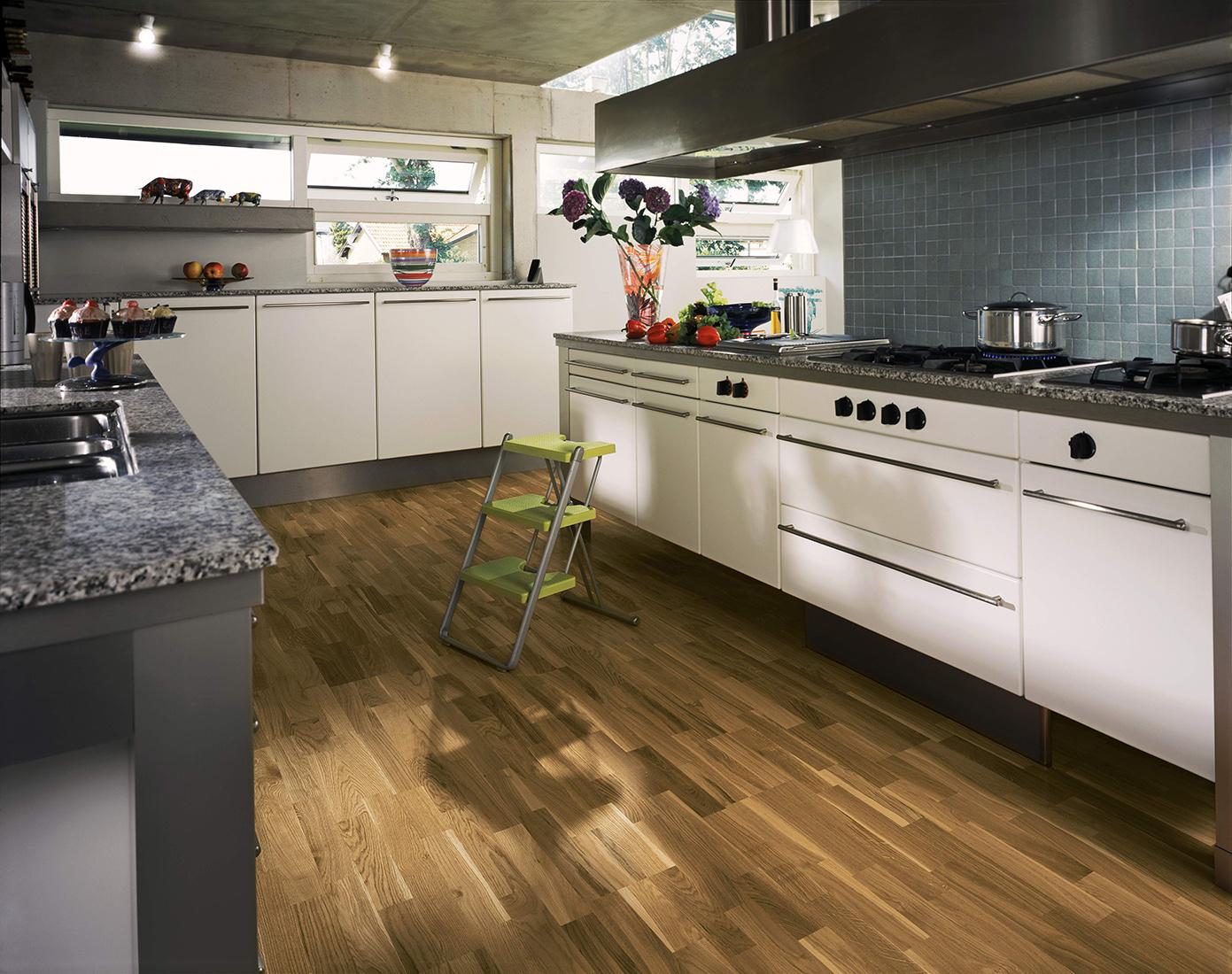 Темно-коричневый ламинат на кухне