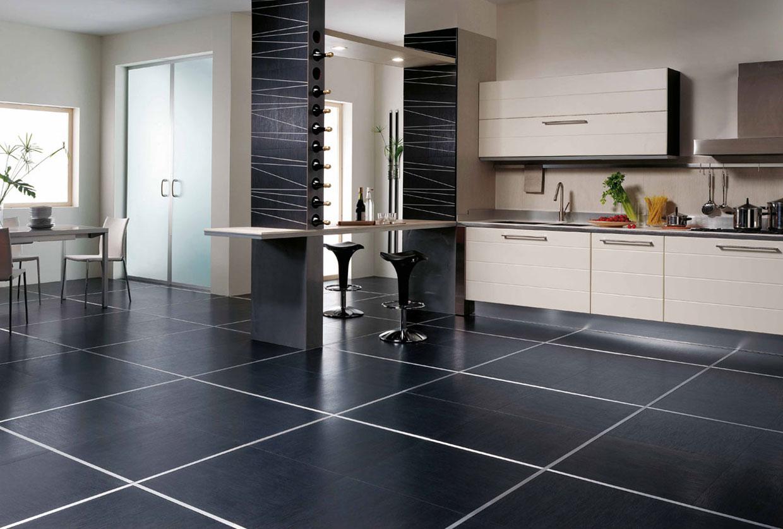 Черная плитка на полу на кухне
