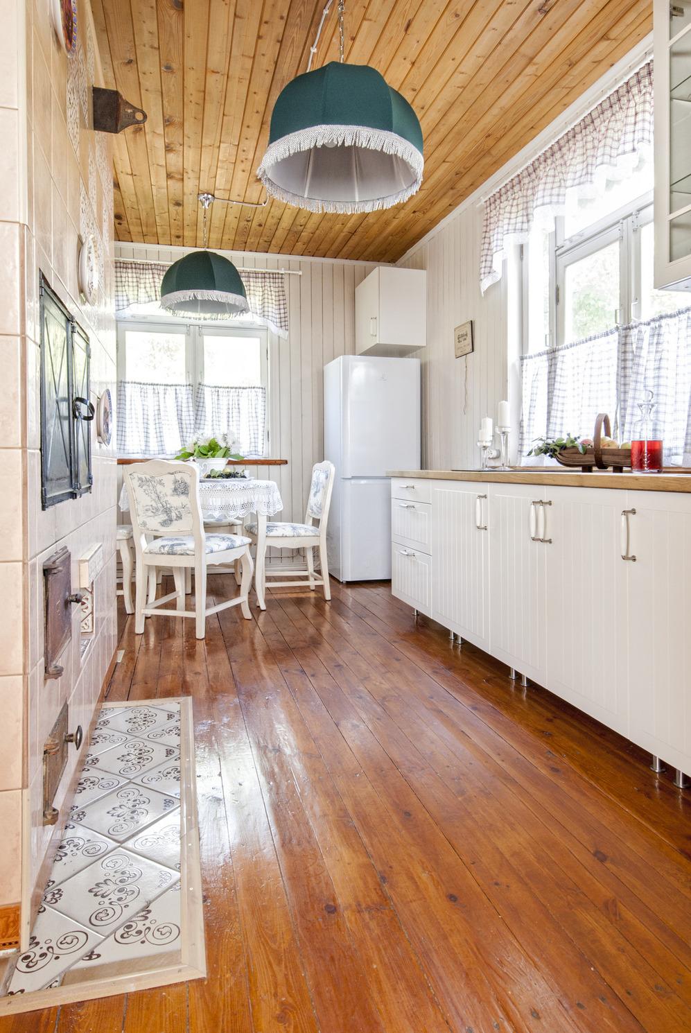 Деревянный пол в кухне в стиле кантри