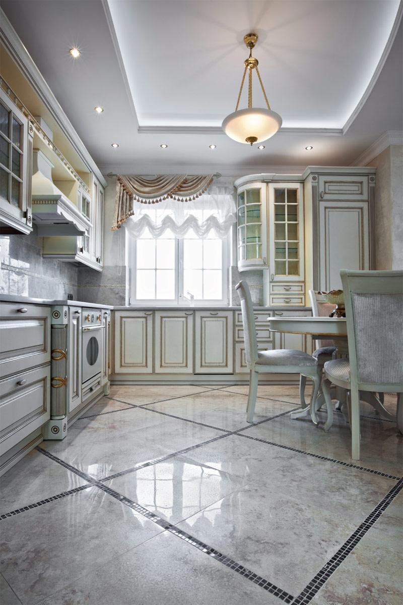 Мраморная плитка на полу на кухне