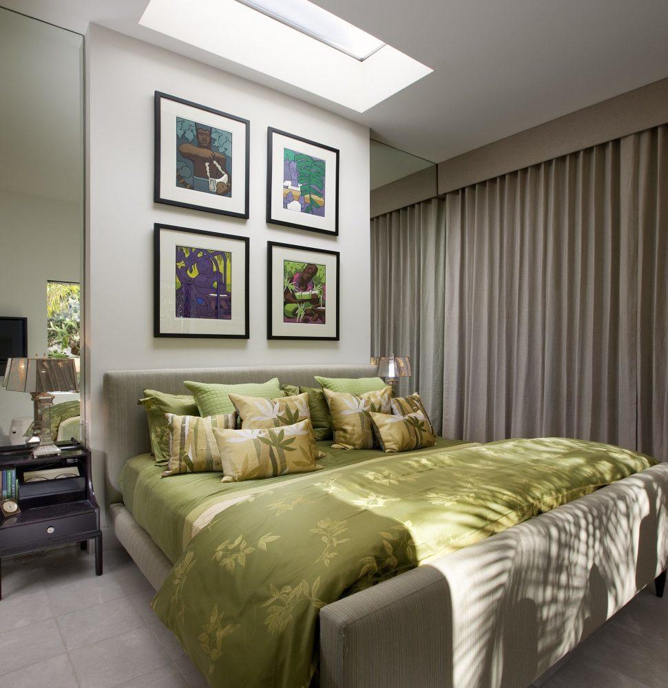 Кровать с мягким изголовьем полосатым