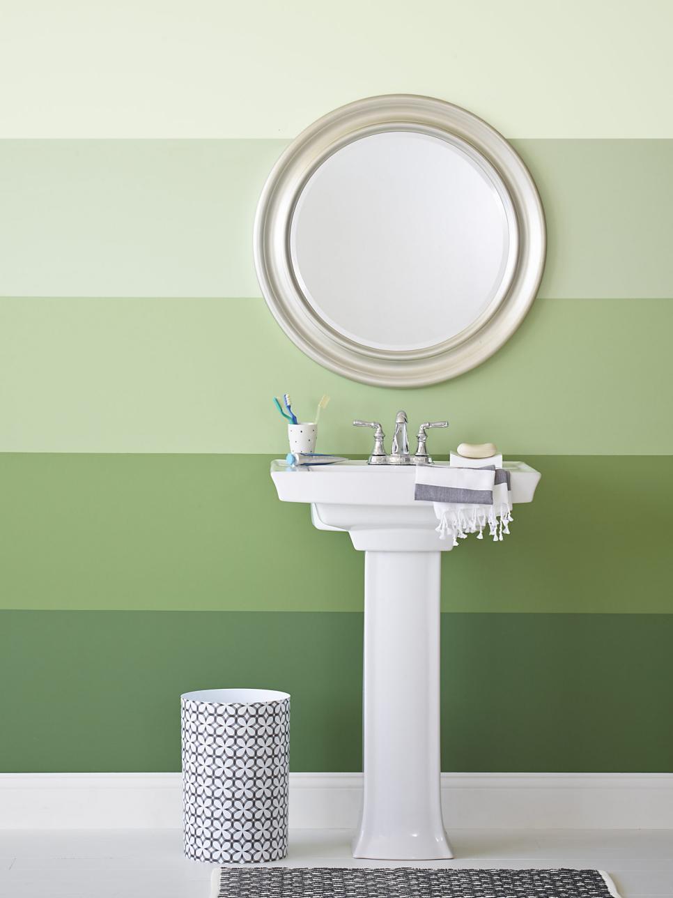 Полосатая крашеная стена в ванной