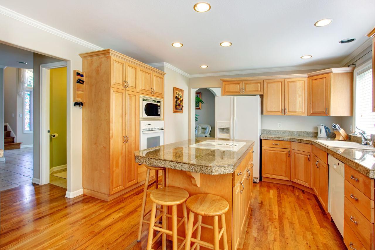 Одноуровневый потолок из гипсокартона в кухне с островом