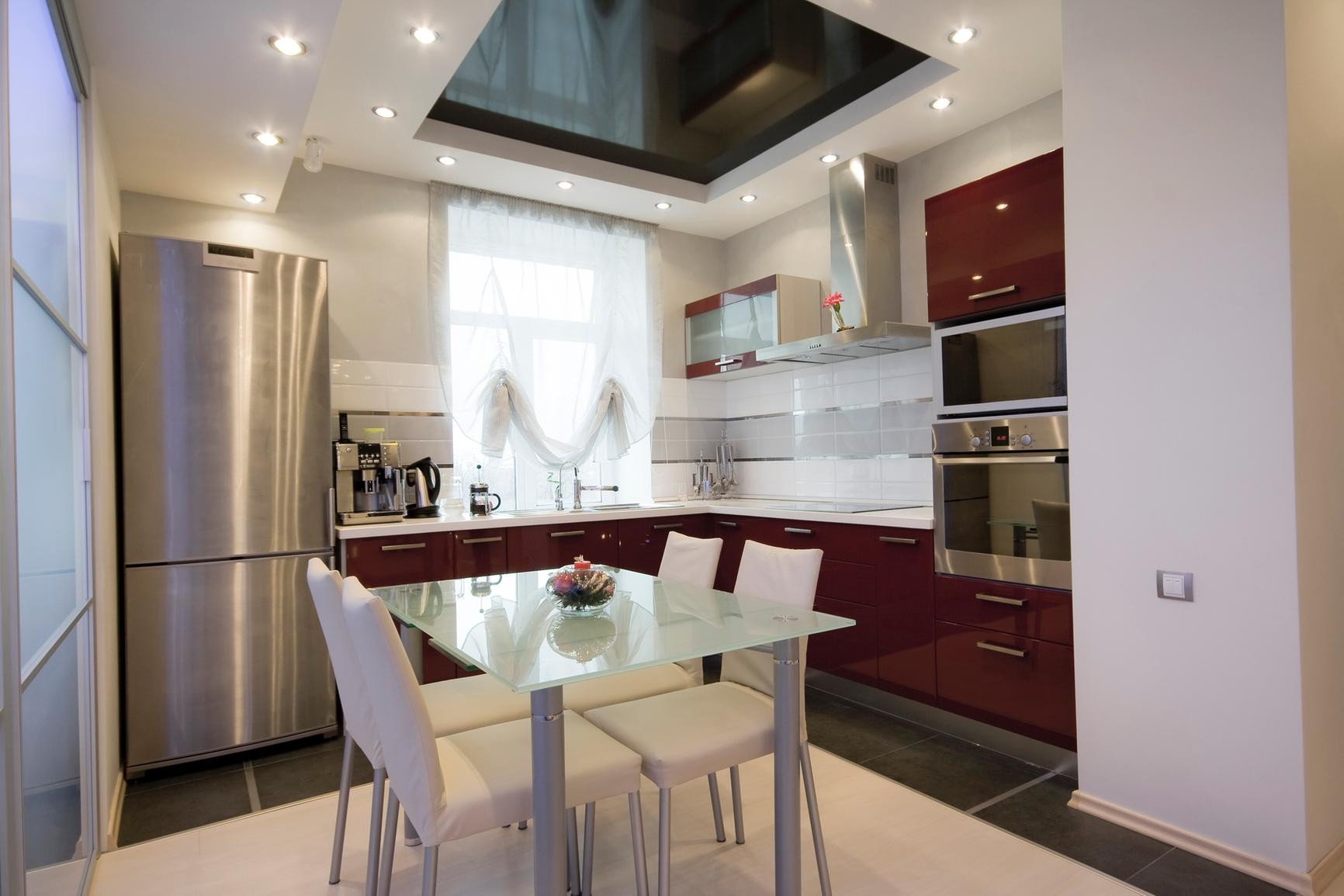 Многоуровневый потолок с точечным освещением из гипсокартона в современной кухне