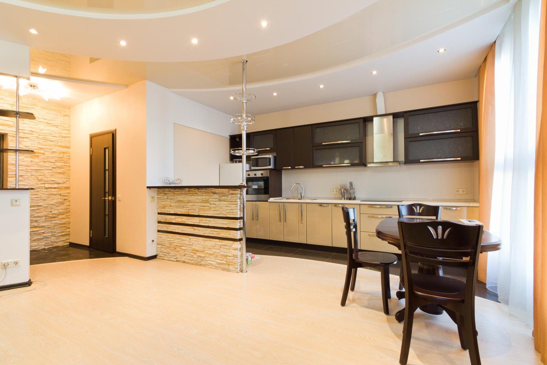 Белый потолок из гипсокартона в большой кухне