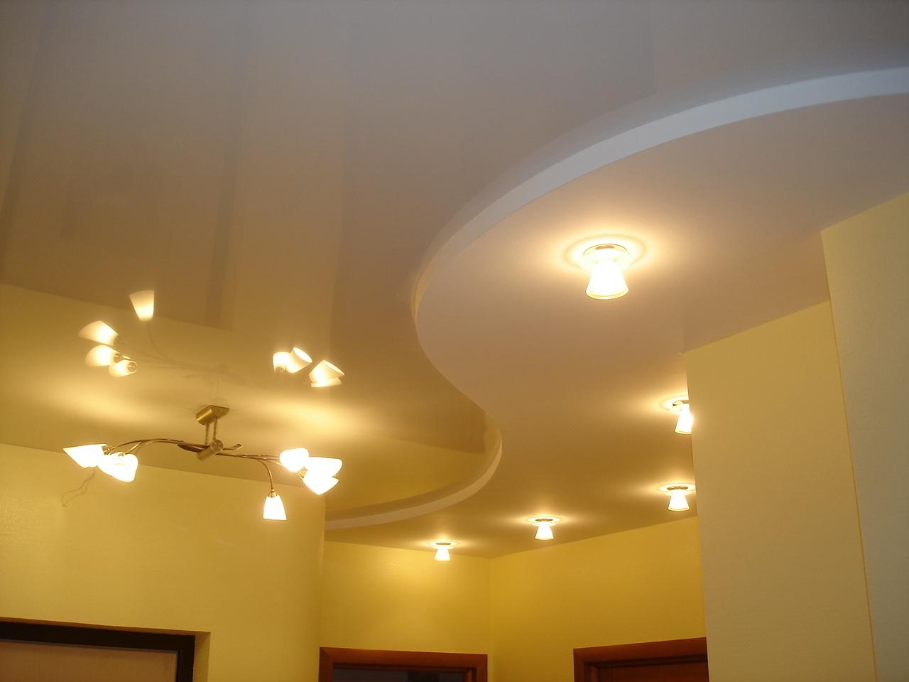 Подвесной оригинальный потолок из гипсокартона на кухне