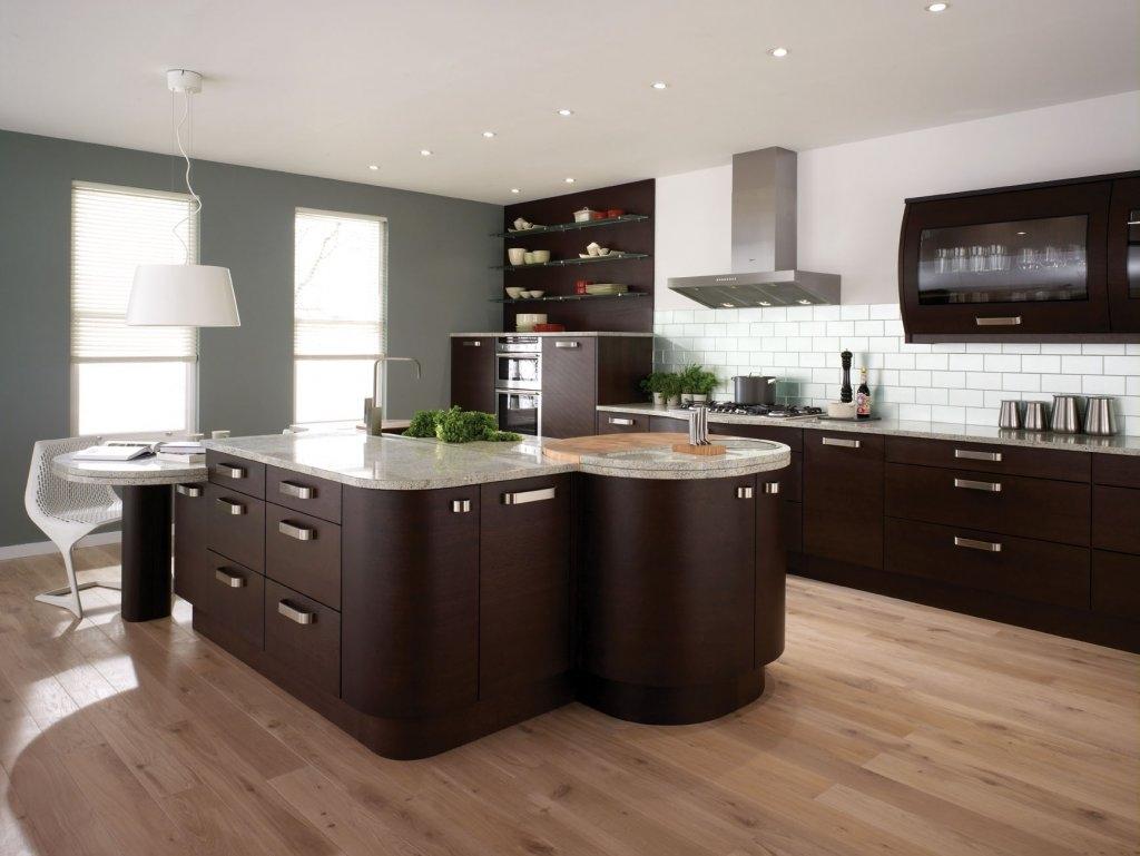 Одноуровневый потолок из гипсокартона в интерьере большой кухни