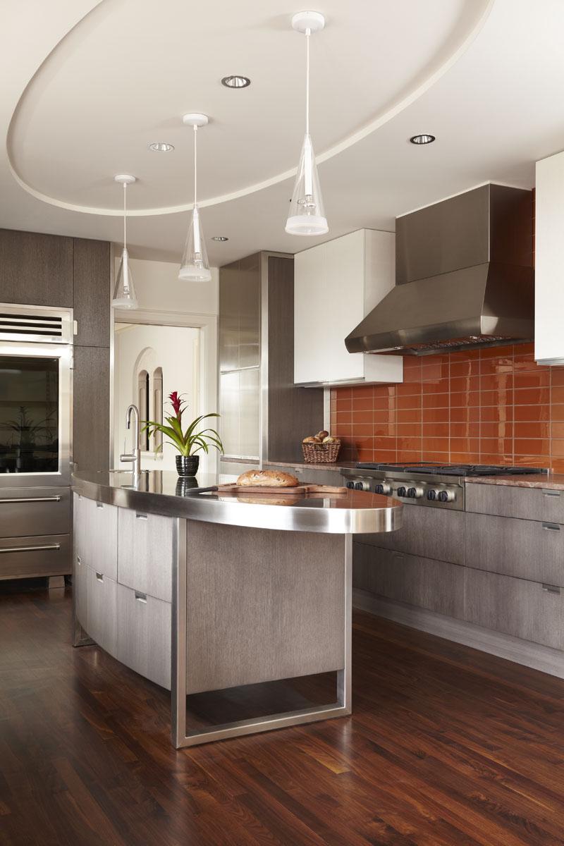 Двухуровневый потолок из гипсокартона на кухне с овальной областью