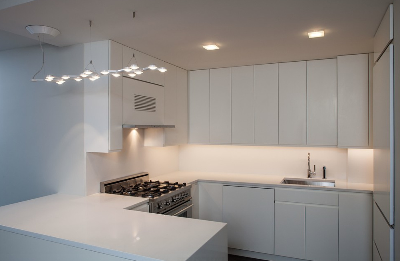 Одноуровневый потолок из гипсокартона в небольшой кухне