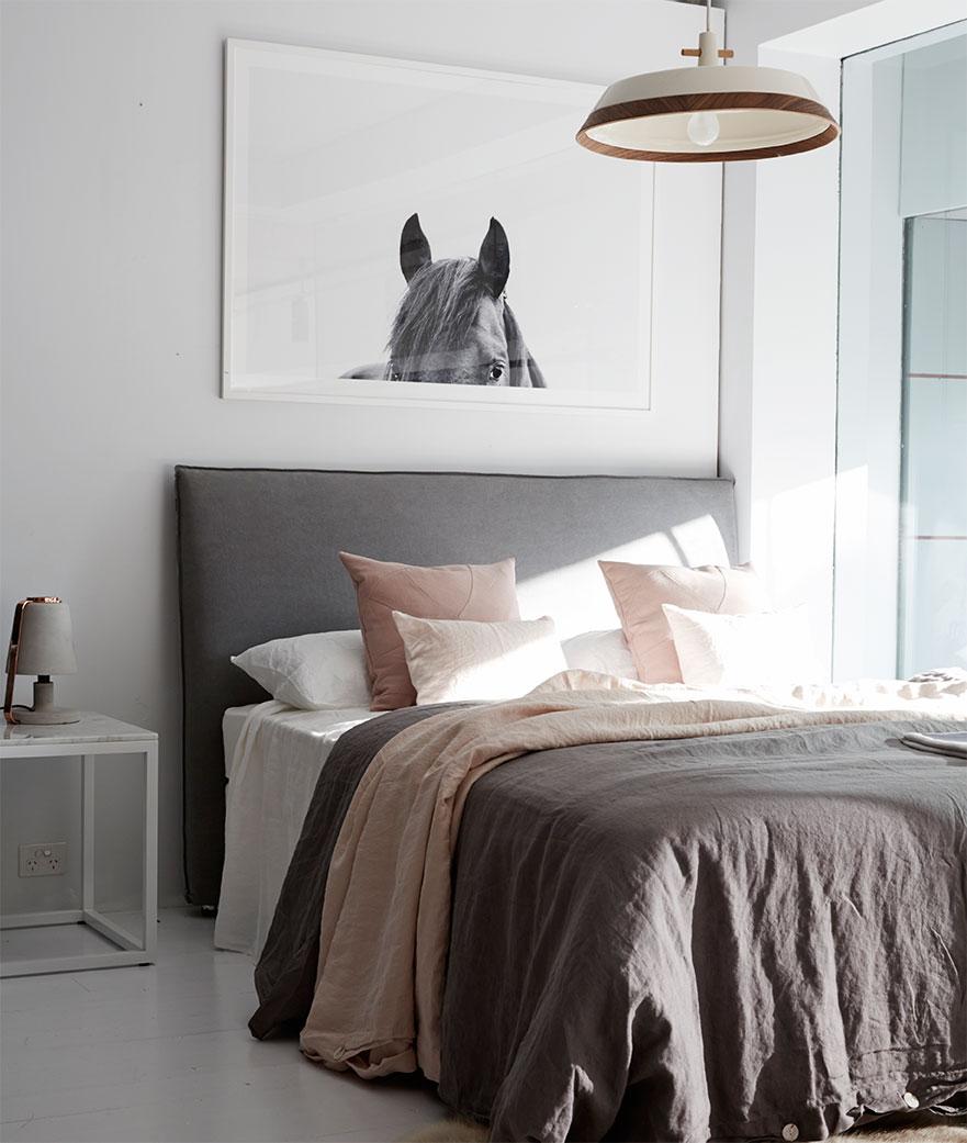 Кровать с мягким изголовьем простым