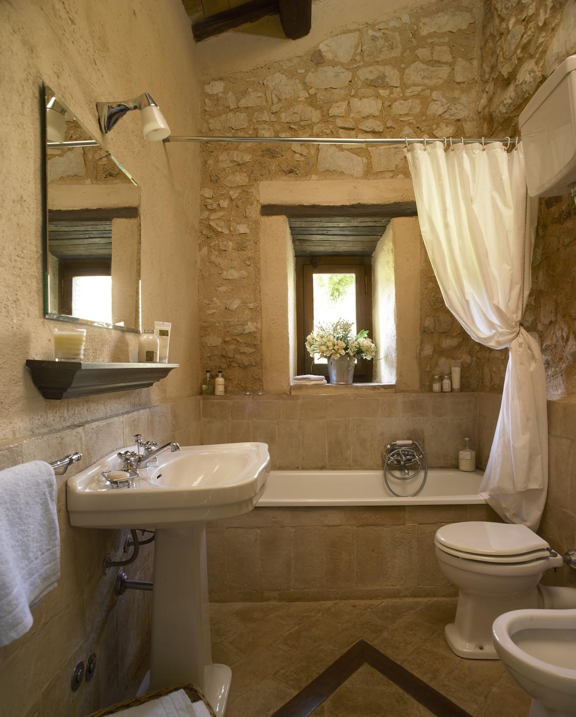 Бежевая ванная комната прованс
